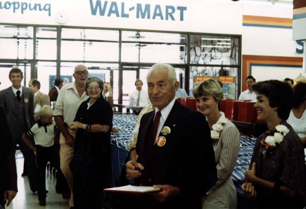 Sam Walton with Walmart's Frontline Employees » Management by Walking Around